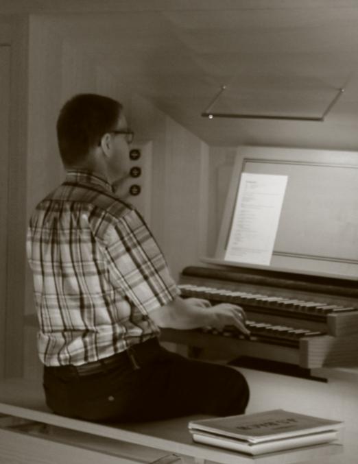 Bert achter de klavieren van het Skrabl-orgel in Veenendaal